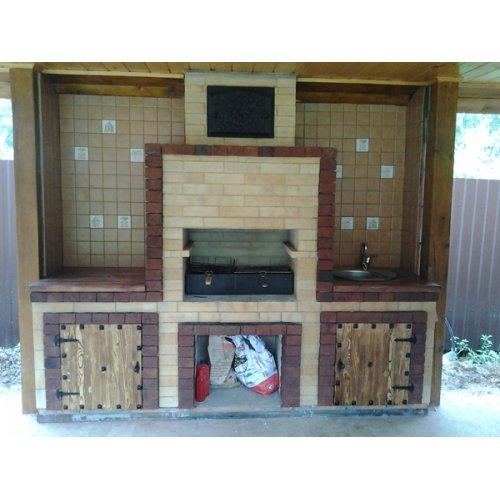 Уличная печь с деревянными дверцами