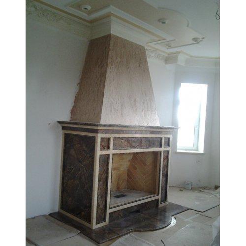 Фронтальный камин из двухцветного мрамора, открытый очаг