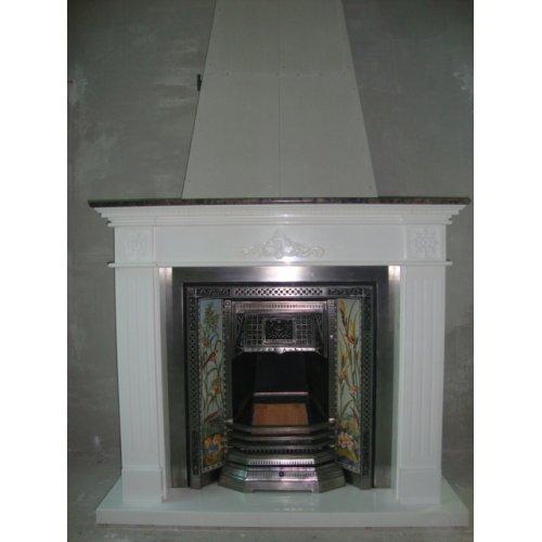 Декоративный камин из белого мрамора с открытой топкой