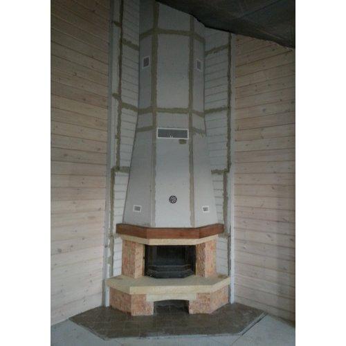 Угловой каминный портал с облицовкой из камня
