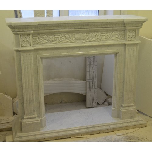 Каминный портал из гладкого мрамора в классическом стиле