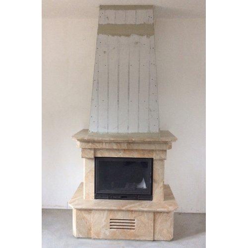 Компактный фронтальный камин с мраморной облицовкой